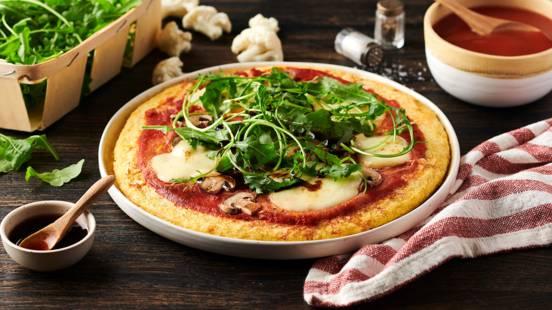 Pizza sans gluten, pâte de chou-fleur, mozzarella, champignons et roquette
