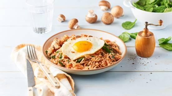 Riz sauté aux épinards, champignons et œuf au paprika