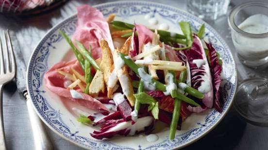 Salade d'hiver aux haricots, tofu et sauce au yaourt