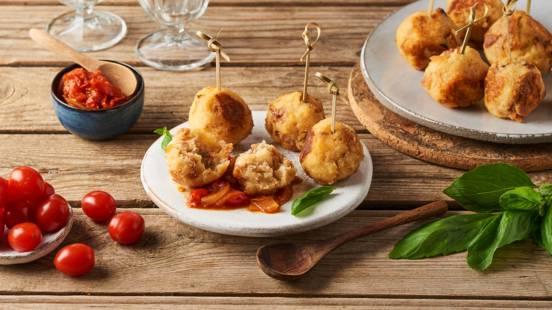 Boulettes de pain croustillantes et sauce tomate épicée