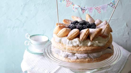 Gâteau à étages aux mûres et à la noix de coco