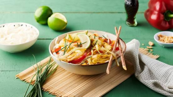 Pad thaï aux œufs, carottes, chou blanc et ciboulette
