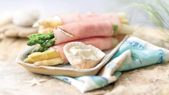 Petits rouleaux grillés accompagnés d'asperges vertes et blanches