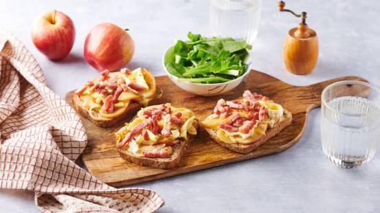 Tartines pommes, camembert, lardons et oignons