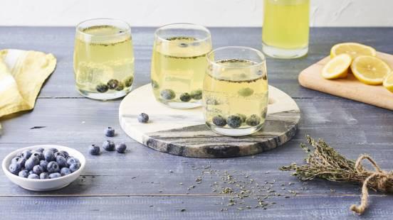 Cocktail de Champagne et Limoncello, myrtilles et thym