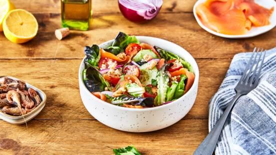 Salade océane au quinoa, crevettes et saumon fumé