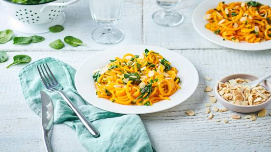 Spaghettis de butternut, pousses d'épinard et amandes