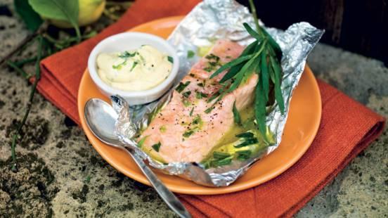 Saumon marine à l'estragon, sauce à la moutarde