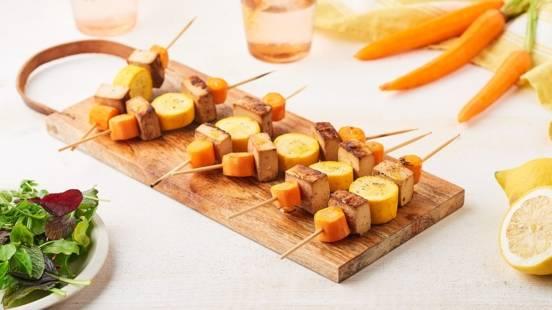 Brochettes de carottes, tofu et courgettes jaunes