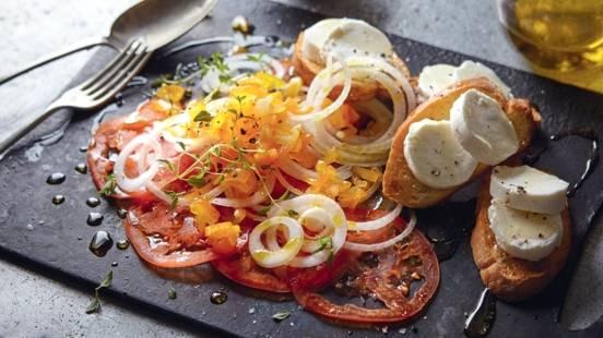 Carpaccio de tomates et toasts au chèvre