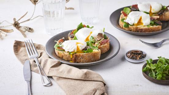 Tartines œufs pochés, lamelles de truffes et chips de jambon cru