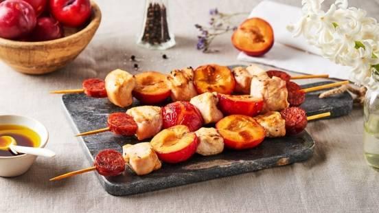 Brochettes de poulet et prunes