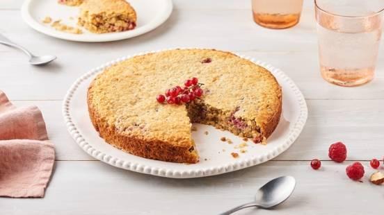 Gâteau aux flocons d'avoine, noisettes et fruits rouges