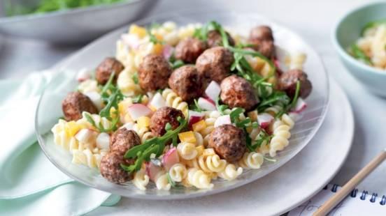 Salade de pâtes et boulettes de viande hachée