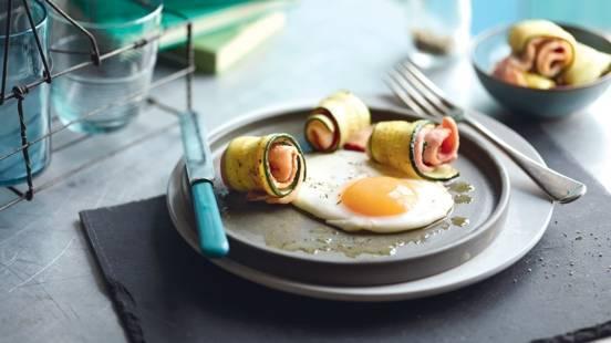 Œuf sur le plat et roulés de courgette au bacon