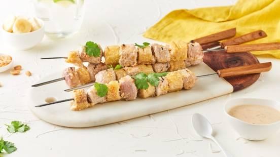 Brochettes de porc, banane, coriandre et cacahuètes
