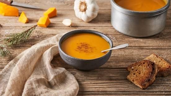 Soupe de patate douce, butternut, citron et toast à l'ail
