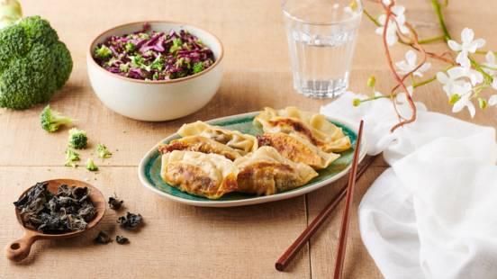 Gyozas au bœuf et salade croquante brocolis et chou rouge