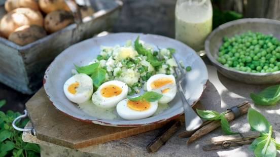 Œufs mollets accompagnés de pommes de terre et petits pois