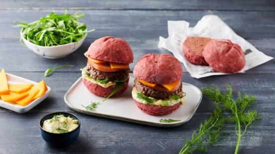 Pink burger, pain à la betterave, bœuf, tomate et mimolette