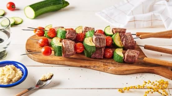 Brochettes de bœuf aux courgettes et sa sauce aillée