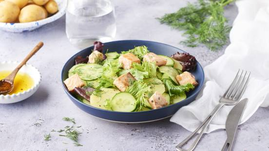 Salade de concombres marinés aux pommes de terre et saumon