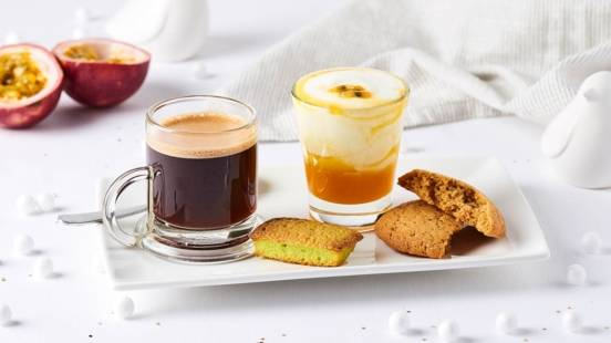 Café gourmand : Financier au thé vert, cookie au beurre de cacahuètes, et fromage blanc au coulis de passion