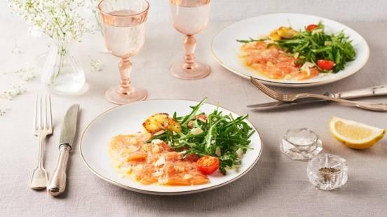 Carpaccio de saumon mariné au citron, panais grillé et roquette
