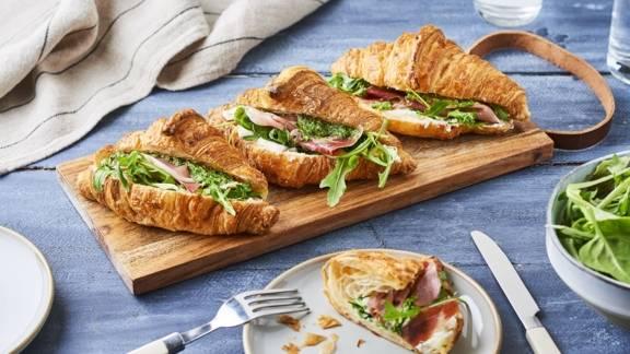 Croissants salés au pesto, fromages et figues