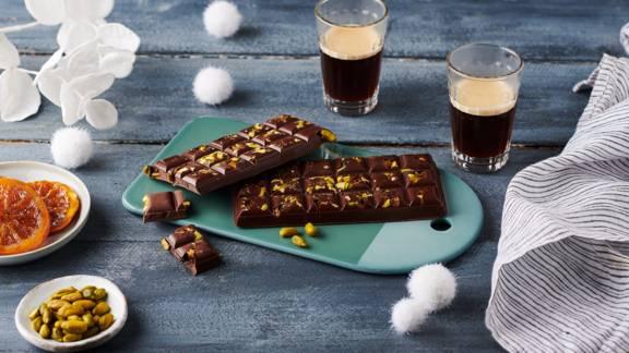 Tablette de chocolat aux tranches d'agrumes et pistaches