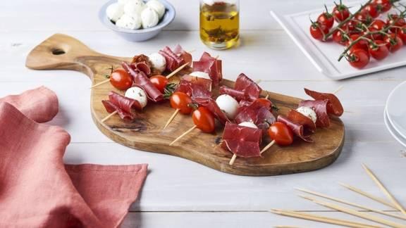 Brochette de grisons, tomates séchées et mozzarella