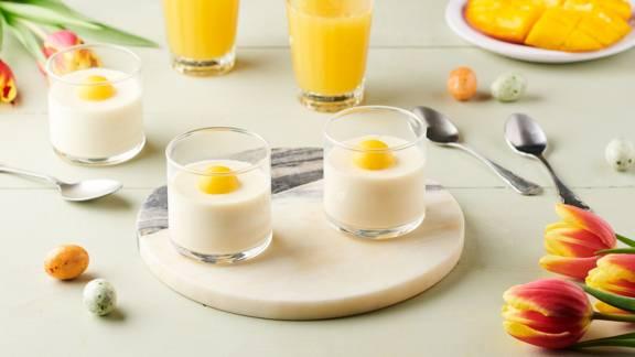 Panna cotta façon œuf au plat, mangue et noix de coco
