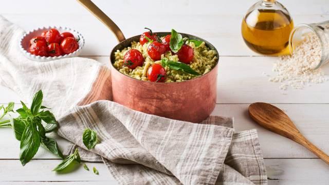 Risotto au pesto de basilic, parmesan et tomates cerises rôties