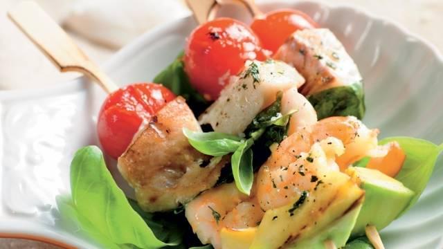 Brochettes du pêcheur et leurs légumes frais