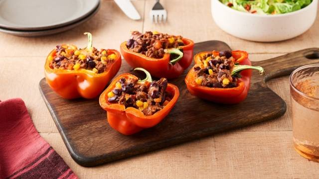 Poivron farci au bœuf, haricots rouges, tomates et maïs