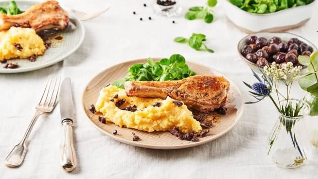 Côtelettes d'agneau poêlées et polenta crémeuse aux olives noires