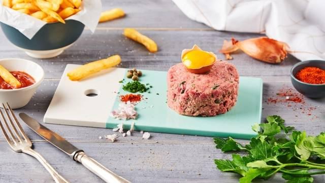 Tartare de bœuf au piment moulu et ses frites maison