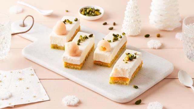 Mini bûches litchi-mangue-pistache