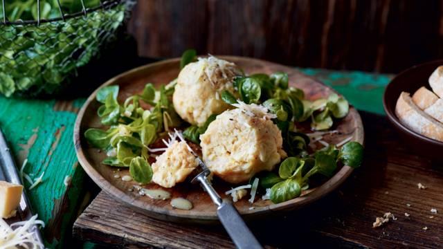 Boulettes au fromage et salade de mâche