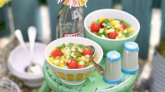 Soupe de légumes d'été et pois chiches