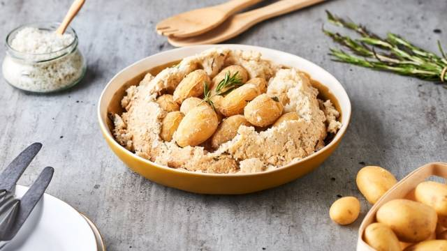 Pommes de terre en croûte de sel et romarin