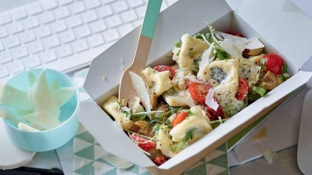 Salade de tortellini, olives et parmesan