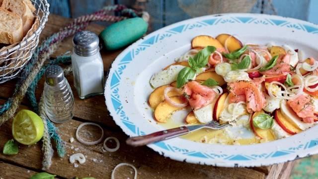Salade caprese aux nectarines et saumon fumé