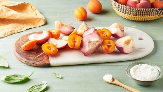 Brochettes d'abricots et pêches blanches sauce ricotta au basilic