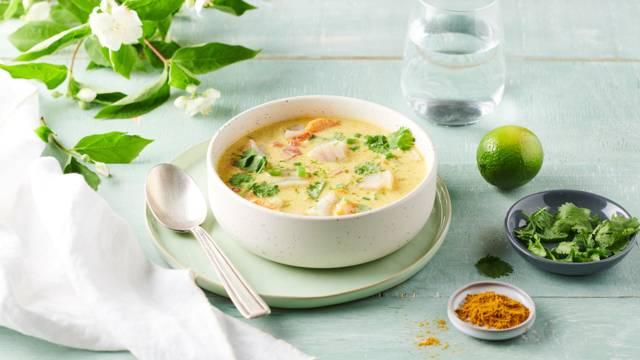 Soupe de cabillaud au lait de coco, curry et coriandre