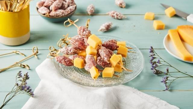 Brochettes de saucissons et gouda