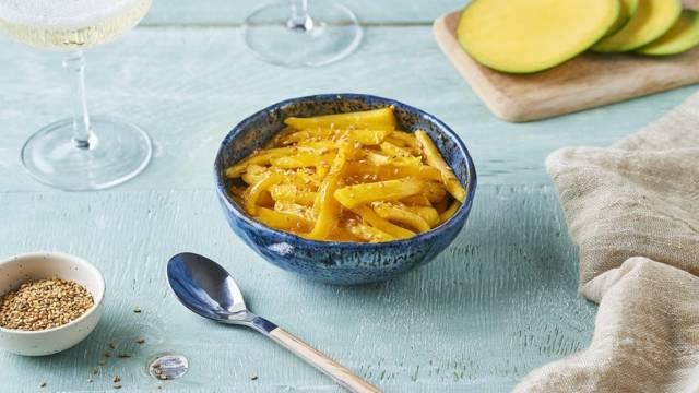 Salade de mangue, sésame et lait de coco