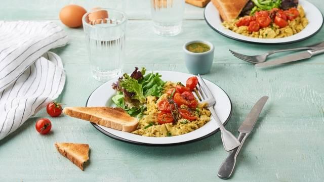 Œufs brouillés à la tomate, parmesan et basilic