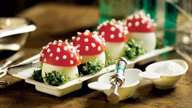 Champignons vénéneux (œufs durs et tomates)