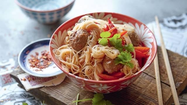 Nouilles asiatiques et boulettes de viande épicées